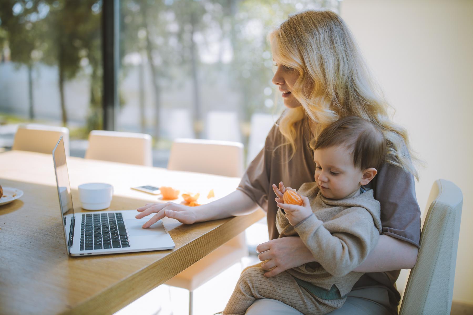 Trendy v podpoře rodičů na trhu práce budou tématem konference Matky a otcové vítání